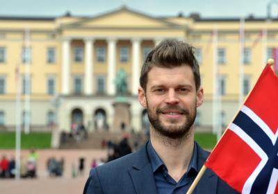 Bjørnar Moxnes foran slottet